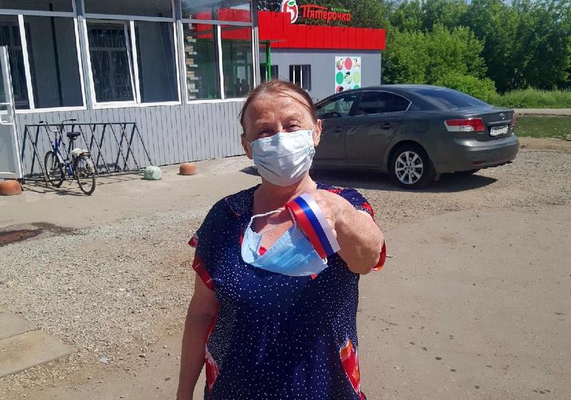 В Озерском городском округе волонтеры раздали ленты с триколором и защитные маски