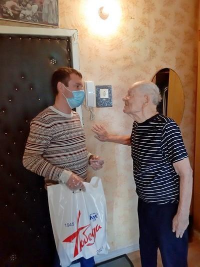 Депутаты от имени «Единой России» поздравляют ветеранов
