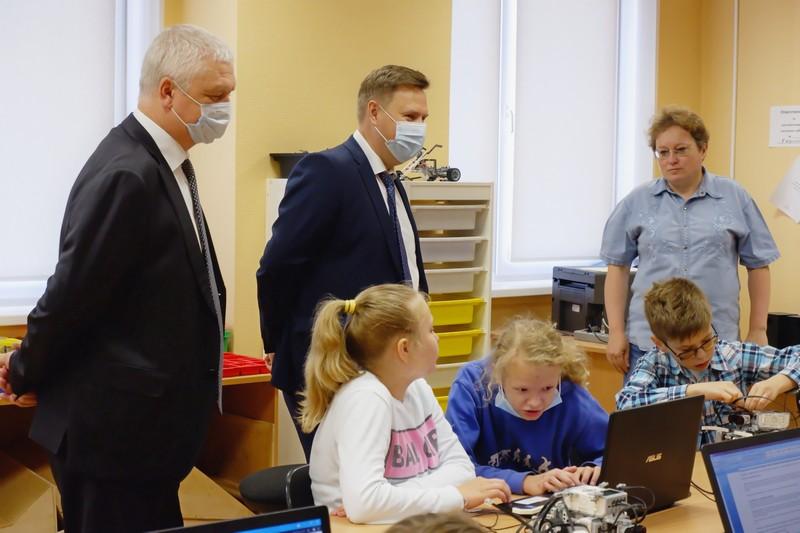 Отдых и обучение: озерские мальчишки постигают основы робототехники