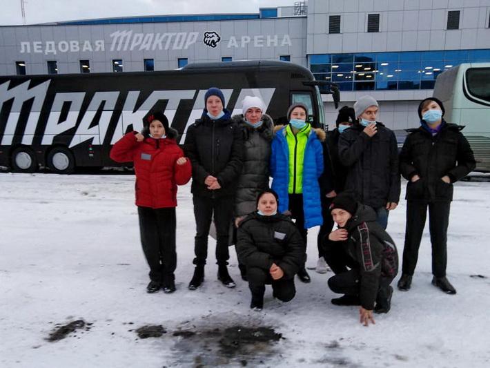 Воспитанники озерского детского дома побывали на хоккейном матче «Трактор»- «Амур»