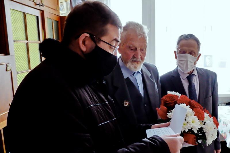 «Мы берем с вас пример»: озерского ветерана поздравили с 95-летием