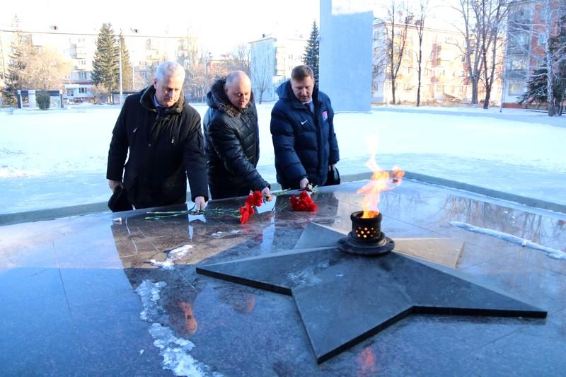 Склонили головы у Вечного огня в память о героях