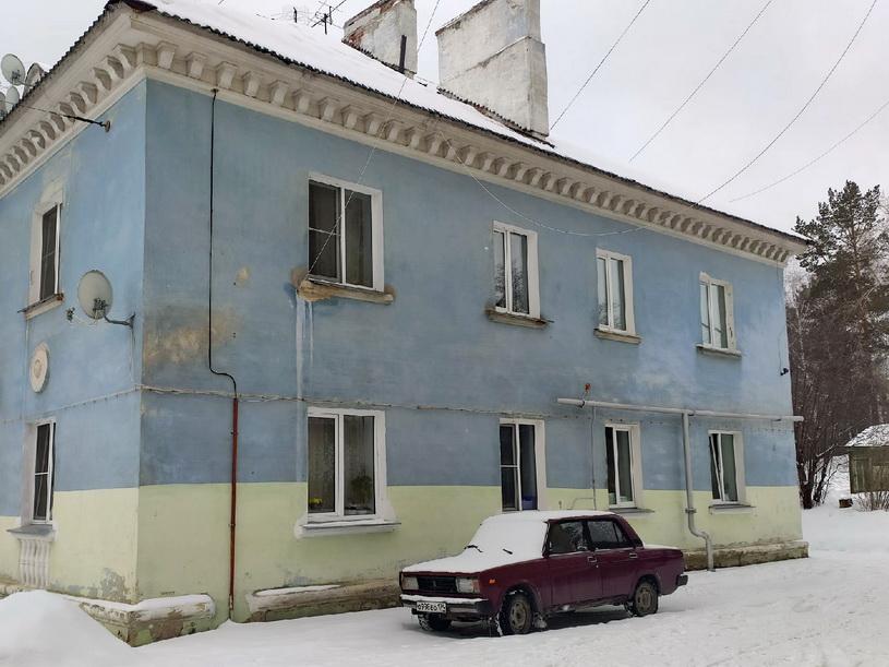 В Озерске убирают снег с крыш домов