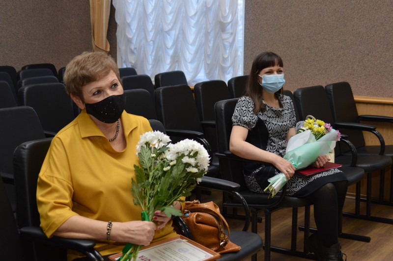 Глава округа вручил награды озерчанкам с активной гражданской позицией
