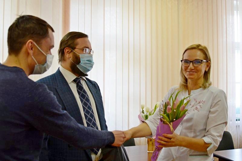 Озерские парламентарии поздравили жительниц округа